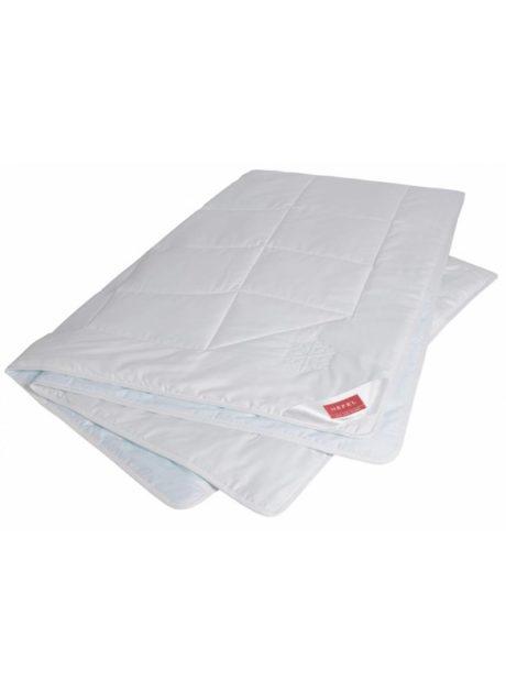 Klimacontrol Cool Bettdecke ist ein speziell für heiße Sommernächte entwickeltes Programm, Abkühlung durch Füllung: 100% TENCEL® Lyocell Faser, besonders feuchtigkeitsregulierend, an der Oberfläche eingelagerte PCM (Phase Change Material) Mikrokapseln