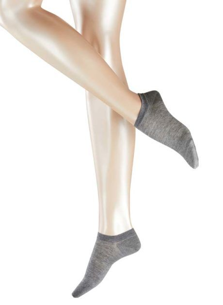 Model wearing FALKE Active Breeze Damen Sneaker Socken