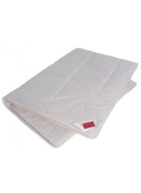 Wellness Zirben Deck besteht in der Füllung aus feinster Schafschurwolle und hochqualitativen Zirbenflocken.